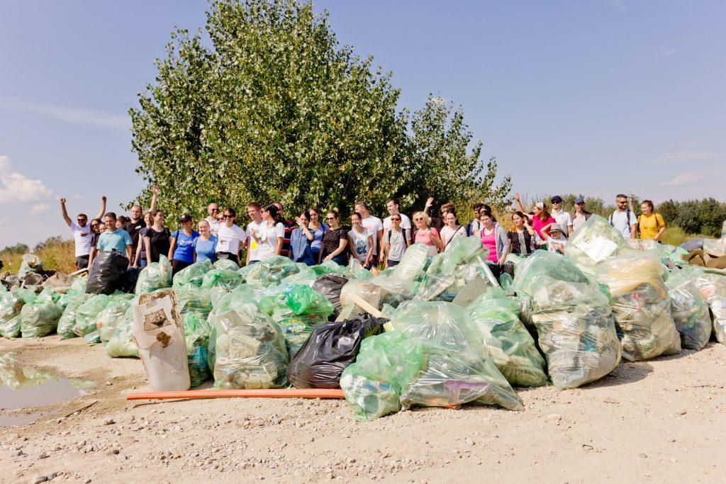 """15 septembrie a fost Zi de Curățenie Națională în România. Românii şi-au pus mănuşile, au luat saci şi au participat la """"Let`s Do It, România!"""", cea mai mare mobilizare de voluntari din ţară, cu scopul de a strânge deşeurile din arealele naturale. Încă de la..."""