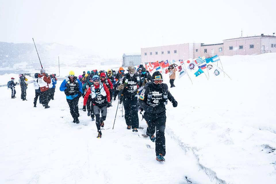 Un roman este pe primul loc in ultramaratonul din Antarctica - The Last Desert. Conditiile meteo au scurtat prima etapa de alergare cu doua ore.