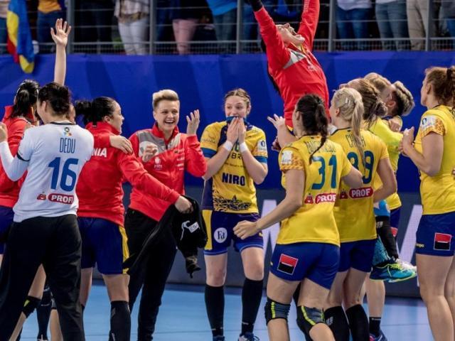 """După ce România a pierdut ultimul meci din grupă cu Ungaria, scor 29-31, duelul dintre Germania și Olanda a devenit unul de o importanță majoră. """"Tricolorele"""" au nevoie ca Germania să nu câștige la o diferență mai mare de 11 goluri pentru a se califica..."""